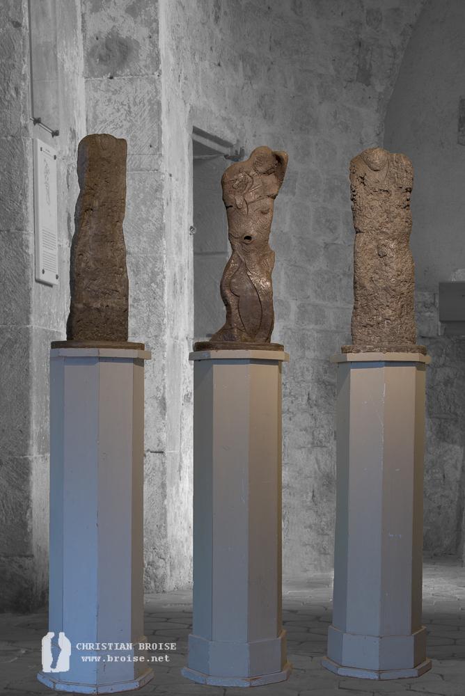 Hommage_ les trois formes. Sculpture en béton fondu ciré de Christian Broise